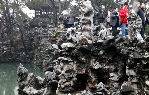 池を巡る奇岩の園路