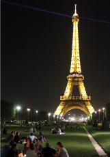 ライトアップされたエッフェル塔の前の広場 - フランス/パリ