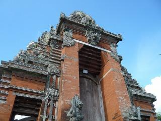 装飾豊かな古い建築様式の建物