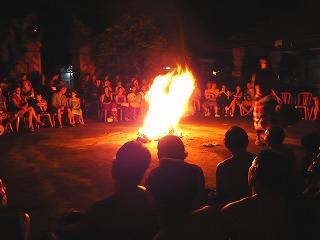 住民による民族舞踊を楽しむ観光客