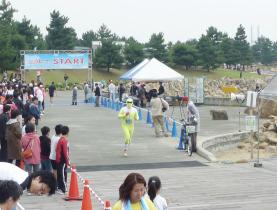秋の海辺でリレーマラソン!りんくう公園
